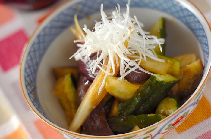 電子レンジを使った簡単レシピ。ラー油を使えば、手軽にピリ辛な副菜が完成します。仕上げに白髪ねぎをトッピングすれば、見た目もキレイな和え物のできあがり♪