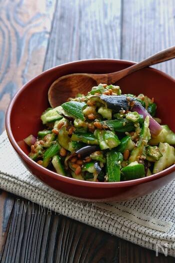 そのまま食べたり、ご飯・豆腐・素麺に乗せたりと大活躍するお役立ちレシピ。下ごしらえした具材と調味料を混ぜるだけなので、火を使わず3分程度で完成します。かつお節と納豆のたれを利用すれば、味付けも簡単♪