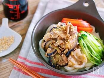 味噌や豆板醤で炒めた豚肉となすのコクで、さっぱりとしながらも食べごたえのある一品に。うどんの代わりに、そうめんや中華麺を使っても美味しくいただけそうです。