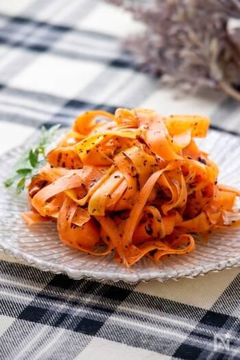 にんじんをピーラーで薄くしたサラダ。ピーラーで薄くスライスすることで、にんじんが苦手な人でも食べやすくなります。ゆかりの風味がクセになる、サラダにもお酒に合わせるおつまみにもぴったりです。