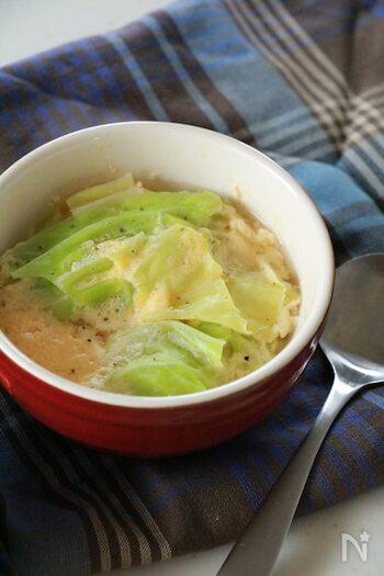 電子レンジで2回加熱するお手軽スープレシピです。キャベツや卵が入っていて満足感もしっかり、チーズの風味がアクセント。耐熱容器調理してそのまま出せるので、洗い物も少ないのがうれしいポイント。