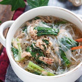 小松菜やツナ、春雨たっぷりのスープは、おかずのような感覚で食べられます。小松菜はキッチンばさみでカットして、あとは煮込んでいくだけ。緑豆春雨と食べる直前に春雨を入れるのがコツです。