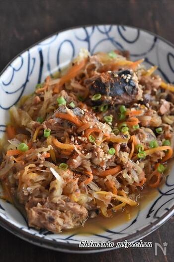 さばの味付け缶を使った和風おかずレシピ。大根とにんじんはスライサーでカットし、さば缶と一緒に煮込むだけ。汁けが少なくなったら、白ごまとねぎをトッピングして完成です。