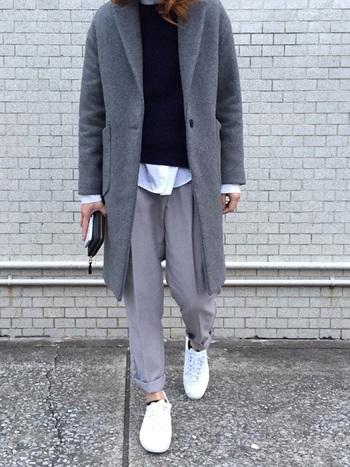 グレー×ネイビーのカジュアルコーデに、もう一段階濃いグレーのチェスターコートをサッと羽織る。グラデ効果で立体感が出て、スラッとカッコいい大人の雰囲気に格上げできちゃいます。白を挟んで抜け感を。