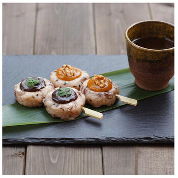 胡麻塩の塩味が効いたお赤飯とコクのあるくるみ味噌の五平餅です。小豆は潰しすぎず残しておくことで、いつもの五平餅とは違う豆の風味や食感を楽しめて◎
