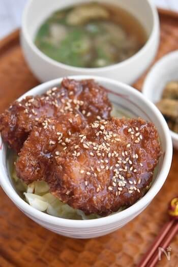 駒ケ根のカツ丼はポークが基本ですが、もちろんその他のお肉に変えても変わらず美味しいご馳走丼に。チキンに変えることで、豚肉よりもさっぱりとした仕上がりになりますよ。