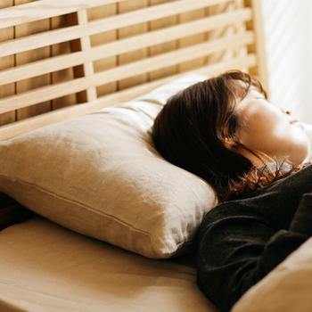 使い込むほどに柔らかくなって肌にも枕にも馴染むリネン素材。吸水性と発散性にも優れているので、いつでも使い心地がすっきりとしているのも、春夏におすすめしたい理由のひとつ。寝苦しい夜も爽やかに過ごすことができますよ。