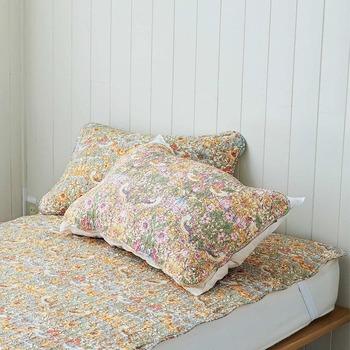小鳥と花がまんべんなく描かれた「いちご泥棒柄」のお揃い枕カバーも併せてチェック。インテリアとしても統一感が出て、睡眠時のリラックスタイムを優雅に演出してくれそうです。