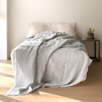 無垢なフリンジをあしらったブランケットは、ベッドに1枚かけておくだけで寝室のワンポイントに。その他、リビングで活用したりソファのマルチカバーにしたりと、幅広い使い方が叶いますよ。