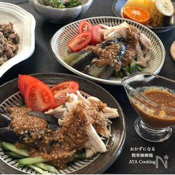 蒸し焼きにした鶏むね肉となす、生のきゅうりにごまだれをかけるだけの簡単レシピ。ヘルシーなだけでなく、鶏むね肉からはしっかりとたんぱく質を摂取できます。トマトを添えれば、栄養価も彩りもアップ。
