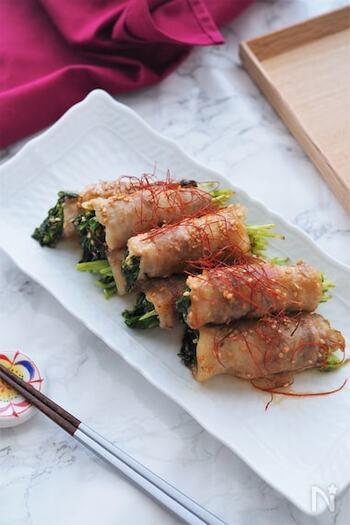 豚肉で豆苗をくるりと巻いた簡単レシピ。ポン酢とマヨネーズでさっぱりとコクのある美味しさに。豚肉と豆苗はキッチンばさみで切れば手間要らずです。中に入れる野菜を変えて、いろんなアレンジを楽しめそう!