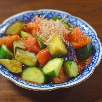 夏野菜を代表する、なす・きゅうり・トマトを一品でいただけるレシピ。カラフルな見た目で気分が高まります。なすとトマトをオリーブオイルで炒めるのが、なすに含まれる「ナスニン」、トマトに含まれる「リコピン」の吸収率をアップさせるコツなのだそう。