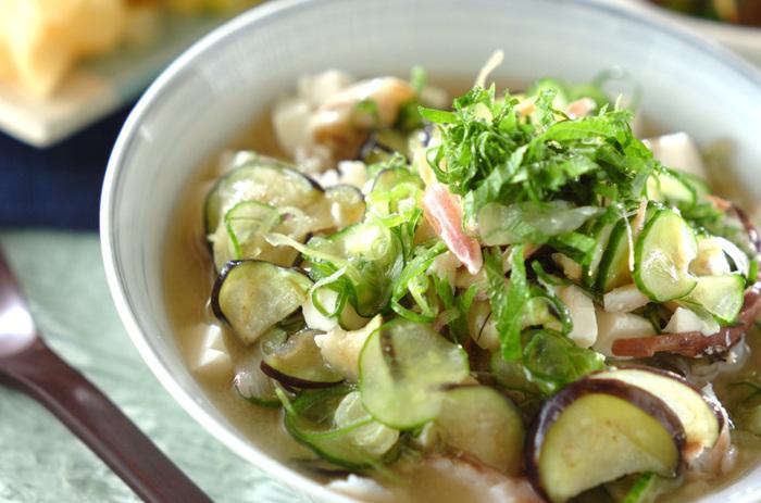 冷やしスープご飯は、食欲がない日のランチや夕食としてもおすすめ。なすときゅうりだけでなく、豆腐やあじの干物も使用しているため、バランスのよい一品が完成します。