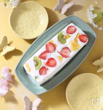 フルーツ入り牛乳寒天は、ミルクの優しい味わいとフレッシュなくだものが好相性◎牛乳パックの横をカットしてケーキ型のような形にして使います。いちご、キウイ、パイナップルをバランスよく並べれば、見た目もカラフルに仕上がりに。