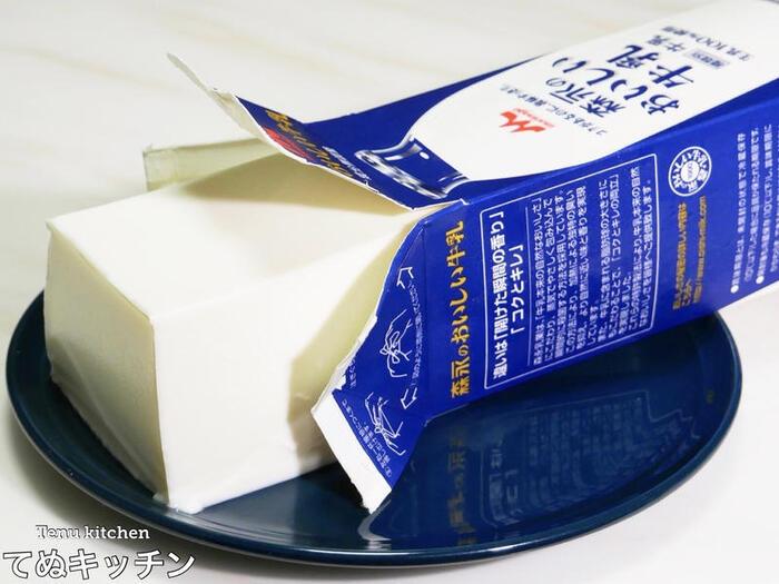 牛乳パックを使ったダイナミックな杏仁豆腐。牛乳、生クリーム、杏仁霜などの材料を混ぜてレンチン&こして、パックに注いだらあとは冷やすだけでOK。食べるときは牛乳パックをはがして、どーんと豪快に皿に盛り付けてもいいですね。