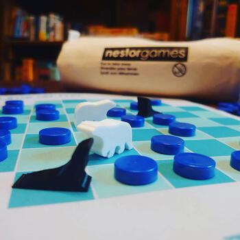 「流氷に乗って」はホッキョクグマとアザラシに分かれて戦う、2人用のゲームです。それぞれのコマを1~2歩動かし、移動した場所には氷の穴を置いていきます。ホッキョクグマはアザラシを2匹捕まえる、アザラシは逃げ切ったら勝利!頭を使うゲームですが、思わず大人も夢中になりそう。
