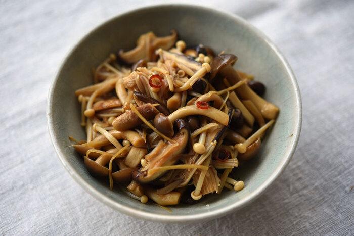 椎茸・しめじ・えのき茸を使った生姜きんぴらです。生姜と唐辛子をきかせてピリ辛に仕上げています。1週間ほど日持ちがするので常備菜にもおすすめ。えのき茸は調味料を吸いやすいので、後から加えて味をなじませるのがポイントなのだそう。お酒のおつまみにもピッタリです。
