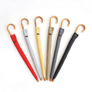 日本の傘職人の手によって、ひとつずつ丁寧につくられている長傘。ビニール傘とは一味違う使い心地のよさに愛着が沸くこと間違いナシ!