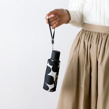 北欧ブランドとして人気のマリメッコデザインを閉じ込めたアンブレラシリーズ。モダンさが心を躍らせる折りたたみ傘です。