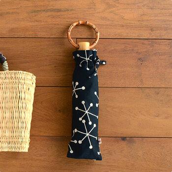 東京下町の熟練の職人たちが1本1本つくり出すシュルメールの折りたたみ傘。丸い持ち手で持ちやすく、竹の節が天然素材ならではの味を出しています。