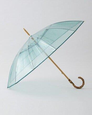 極上のビニール傘とも言えるクリアな傘。バンブーの持ち手が高級感を与え、上質なデザインに仕上がっています。