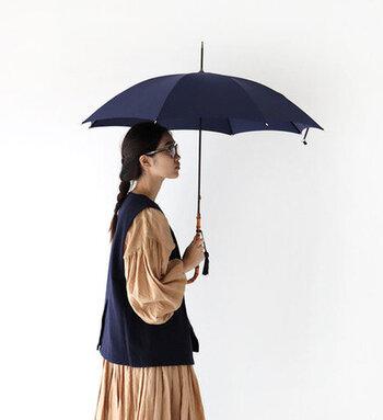 """傘地にあたるリズミカルな雨音は、""""フォックスサウンド""""と呼ばれ、雨の日を心地よく過ごせる傘といっても過言ではありません。"""