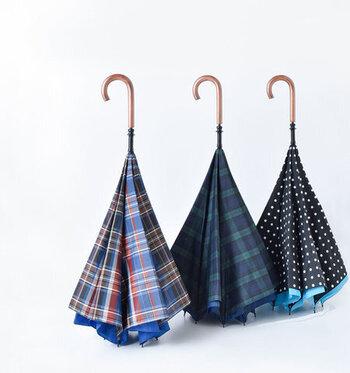 逆転の発想で生まれた逆さまデザインの長傘。逆さにすることで傘が自立し、傘立てが無くても置き場所に困ることはありません。