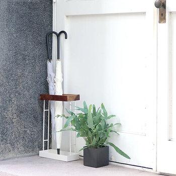 狭い玄関にも嬉しい11cm幅の薄型傘立て。アイアンと木製のスタイリッシュなデザインで、場所を取らずに傘をスッキリまとめておくことができます。