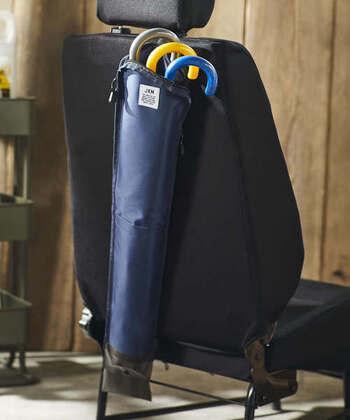 車の後部座席にかけておくことができる傘ケース。持ち運びもOKですし、溜まった雨水は簡単に排水できる設計になっているため、実用度の高い収納アイテムです。