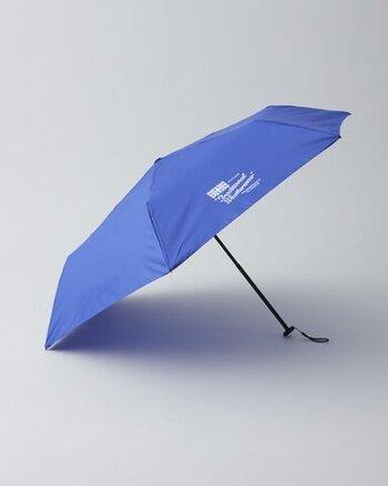 軽量傘ですが、カーボンファイバー・アルミニウム・グラスファイバーの3種類の素材を組み合わせた骨を採用してるため、強度は抜群です。シンプルデザインで長く飽きずに使えます。