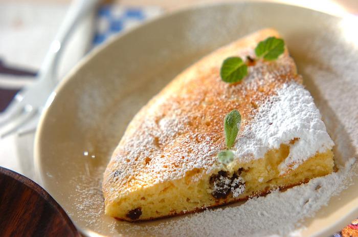 ホットケーキミックスを使った、フライパンでできる簡単チーズケーキ。パンケーキ感覚で食べられます。オレンジジュースが隠し味に。