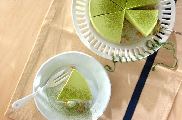 抹茶味のチーズケーキ。プレーンな味のチーズケーキに飽きたら、こんなアレンジレシピはいかがでしょうか?