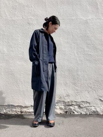 こちらはグレー×ネイビーのパンツコーデに、より濃いめのネイビーコートを合わせたスタイル。グレーのコートよりも更に落ち着きのある、都会的な大人の印象に。