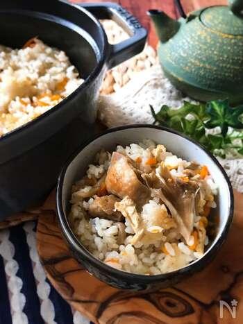 まいたけたっぷり!鶏ときのこの炊き込みご飯です。味付けは白だしで簡単に。ポイントは鶏もも肉を先にフライパンでこんがりと焼き目がつく程度に焼くこと。香ばしい味わいになり、よりおいしく仕上がるのだそう。いろいろなキノコで試してみても楽しめそうですね◎
