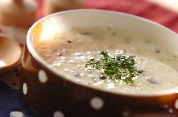ミキサー要らず!きのこのポタージュスープです。お好みのキノコをたっぷり使って風味豊かな味わいに。ミキサーで撹拌しないので、みじん切りにしたキノコの食感を楽しみながら味わえますよ。体温まる濃厚なスープを堪能してみて♪