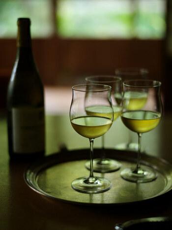 「TIME&STYLE」のワイングラスは、日本の食卓に合ったデザインの使いやすいアイテム。その美学は、日本の伝統や文化を現代のスタイルに融合させることにあります。こちらは、白ワインに適した「RAISIN(レザン)シャルドネ」ですが、カルベネ・ピノノワール・ウォーター・シャンパーニュ・ヴァンムスーグラスがあります。