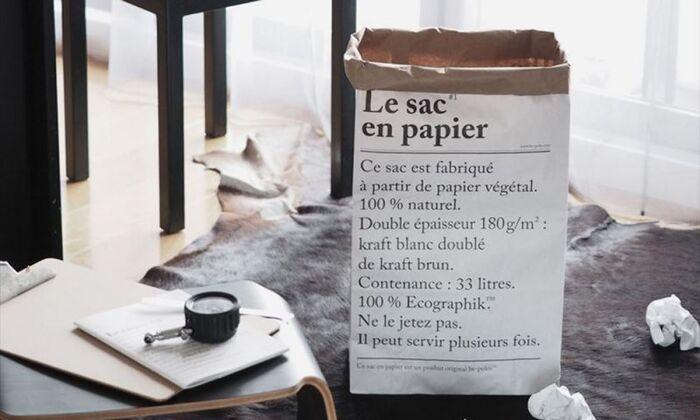 フランス製のモノトーンのモダンなペーパバッグは、2層構造の紙でできています。タイポグラフィはフランス語と英語の2タイプで、表裏で違うのもポイントです。使うほどにシワも増えていきますが、それもまた味わいとして楽しみましょう。