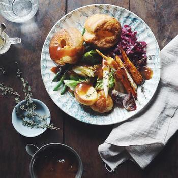 本場のヨークシャープティングのレシピはさることながら、イギリス流ローストお料理の盛り付けには、こちらの写真を参考に。