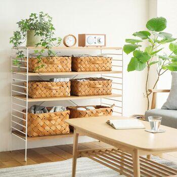 取っ手付きなので出し入れもしやすい設計。ラックと組み合わせて、引き出しのようにも使えます。棚だけだと雑多な印象になってしまう…という方は、こんな風に統一するとすっきり見せることができますよ。