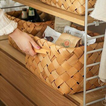 ウッドチップを編み込んだバスケットは、ぷっくりと立体感のある編み目がナチュラルな雰囲気です。浅型・深型の2タイプ。