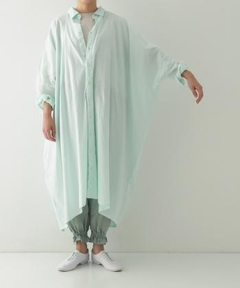 綺麗なミントグリーンが印象的なワンピースは、一枚で主役級。定番のリネン糸×リサイクル綿糸で織った布の風合いを存分に楽しめます。