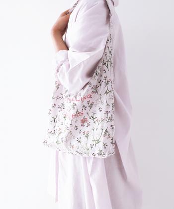 柔らかい色合いの小花柄バッグも、リサイクルした布で作られています。持っているだけで優しい気持ちになれそう。