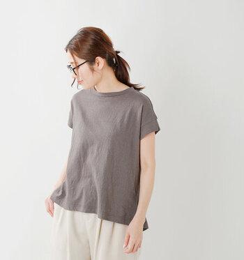 リサイクルコットンで作られたTシャツは、ヴィンテージのように柔らかな風合い。ダボダボすぎない絶妙なフィット感で、どんなアイテムとも相性◎。