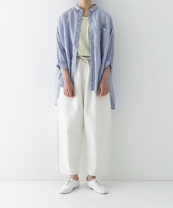 ストライプのリネンシャツを、さらりと羽織ったナチュラルなコーディネートです。薄いグリーンのトップスを白のワイドパンツにタックインして、爽やかなカラーリングでまとめています。シューズも白で揃えているので、春から初夏にかけてぴったりなリネンシャツコーデですね。