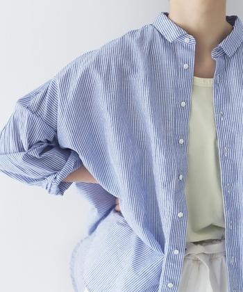 一枚でも羽織ってもサマになる。「リネンシャツ」で楽しむ爽やかコーデ