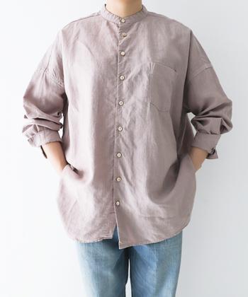 ゆったりシルエットのリネンシャツは、バンドカラーでスッキリと着こなせる一枚。前後の丈感に差があるカッティングで、一枚で着るのはもちろんレイヤードアイテムとしても活躍してくれます。クロ・ライトパープル・オフシロの3色展開です。