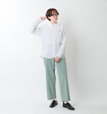リネン素材のストライプ柄シャツに、グリーンのワイドパンツを合わせたコーディネートです。シャツはバンドカラーデザインなので、かっちりしすぎない着こなしが楽しめます。足元は黒のローファーシューズで、大人っぽさをアピール。