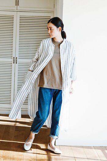 カフェオレカラーのTシャツに、デニムパンツと白シューズを合わせたベーシックなコーディネート。上からストライプのシャツワンピースをさらっと羽織るだけで、印象がガラリと変わります。定番カジュアルが、おしゃれなナチュラルコーデに早変わりしますよ♪