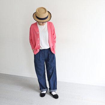 白Tシャツにデニムのワイドパンツを合わせた、シンプルアイテム同士の組み合わせ。そこにパッと目を引くピンクのカーディガンを羽織れば、カジュアルコーデに柔らかな印象をプラスできます。春夏にぴったりなストロー素材のハットで、季節感もアピール。