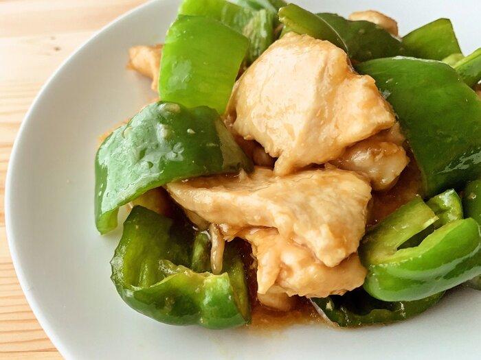 ピーマンと鶏肉がメインの炒め物です。しょうゆ、みりん、砂糖、和風だしの味付けなので、和食にぴったり。メインのボリュームが少し物足りないときにもおすすめのレシピです。作り置きできるので、あらかじめ作っておけばあとは出すだけ♪
